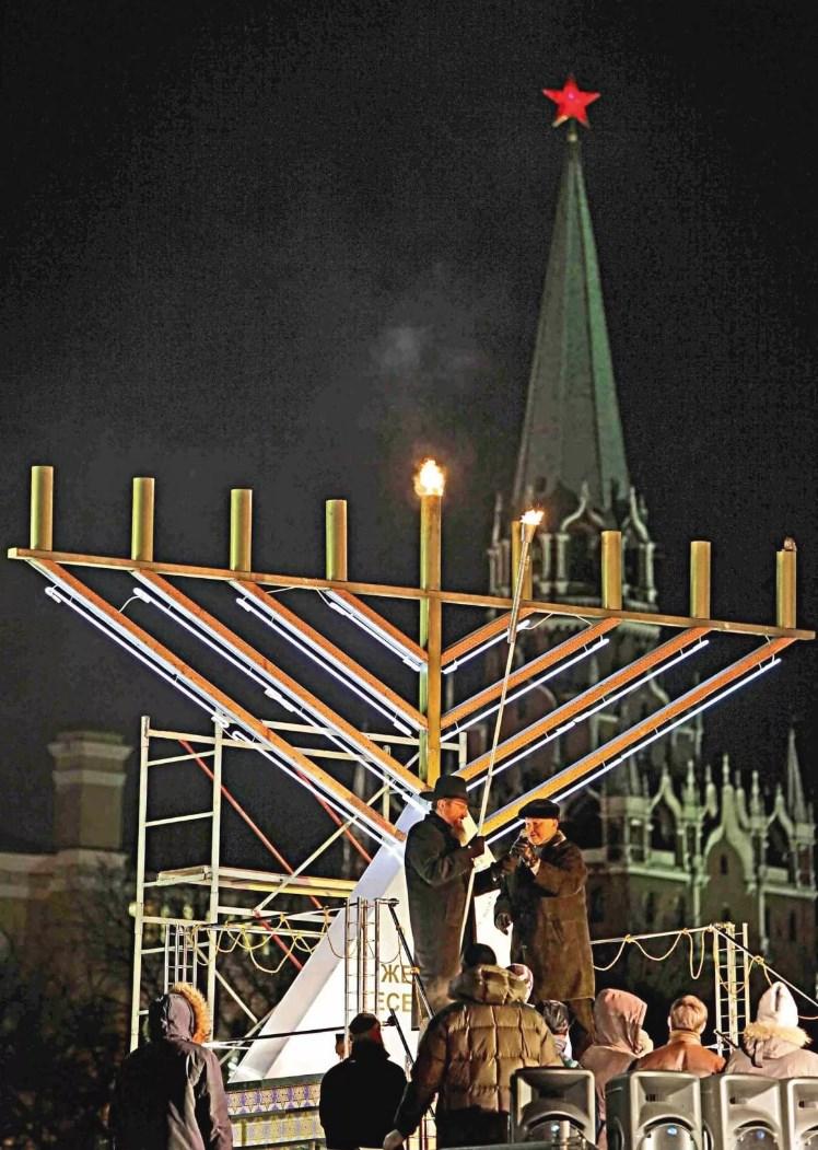На фото: ежегодно в декабре перед стенами Московского Кремля иудеи праздную свою военную Победу — Хануку.
