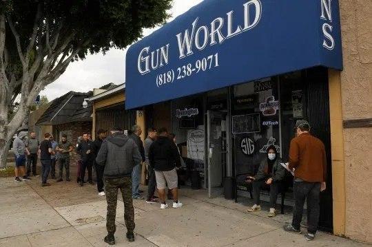 Очередь в оружейный магазин.США