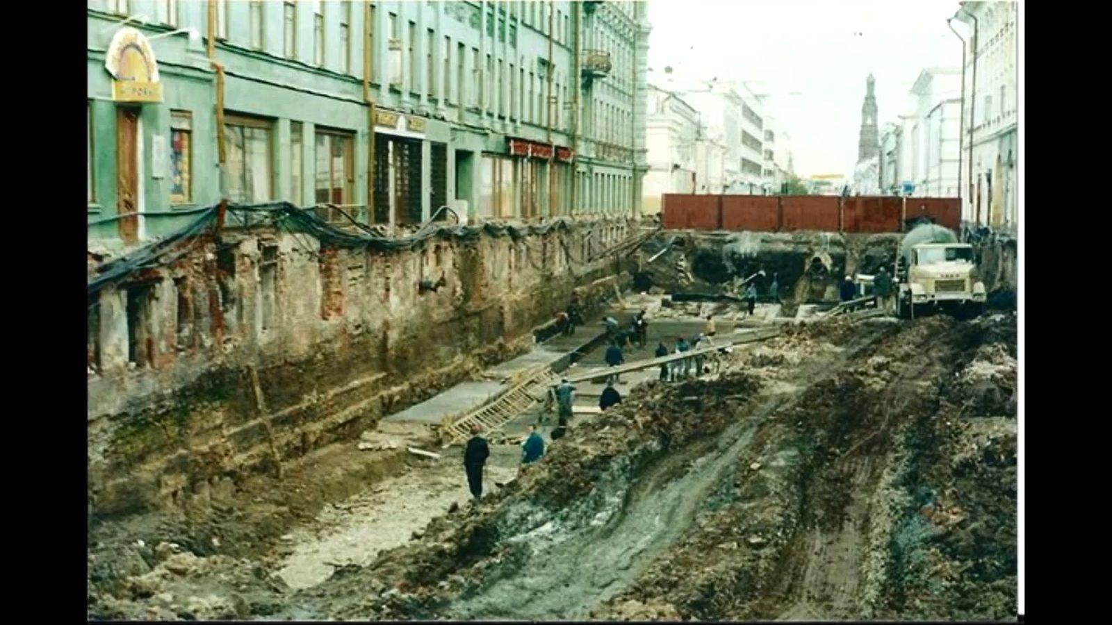 Следы того, что нижняя часть здания в центре Казани была долгое время засыпана грунтом