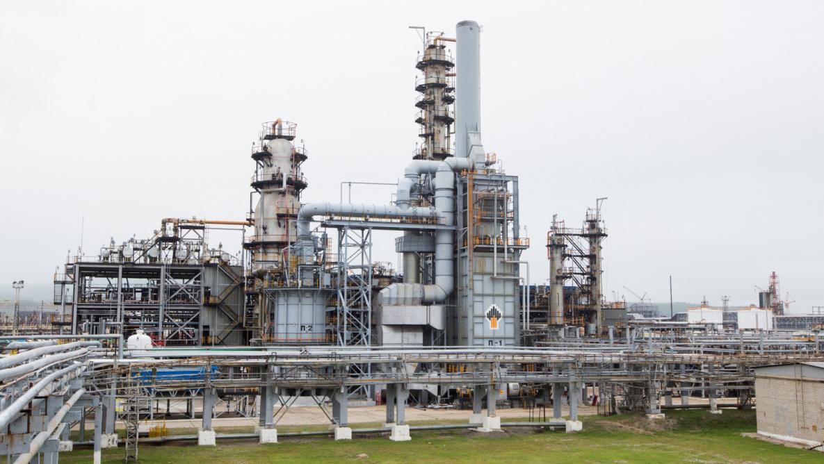 Вот так выглядит нефтеперегонный завод, на котором получают в числе прочего пропилен.