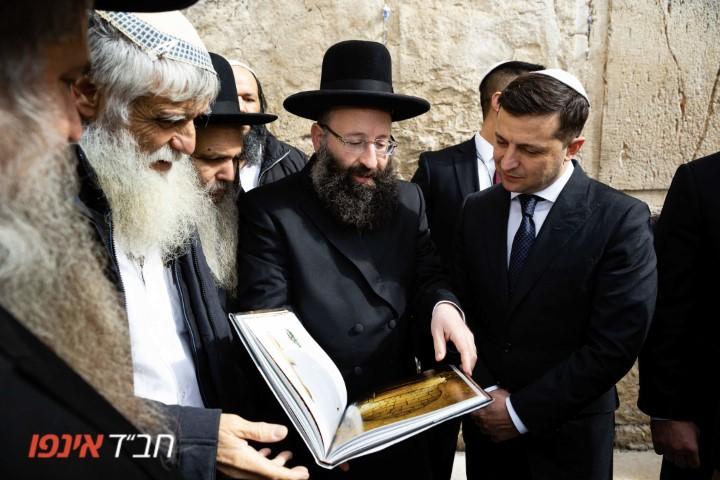 На фото: Президент Украины Владимир Зеленский в кругу товарищей у стены Плача в Израиле.