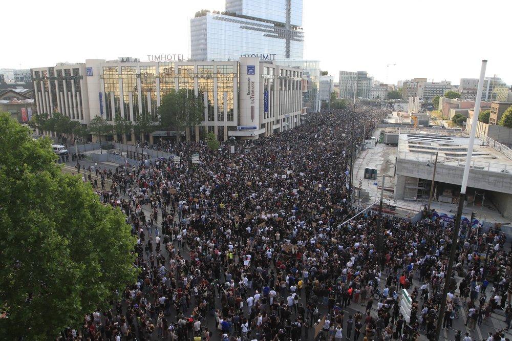 Францию накрыла волна протестов из-за смерти темнокожего Адама Траоре в полицейском участке Парижа 8