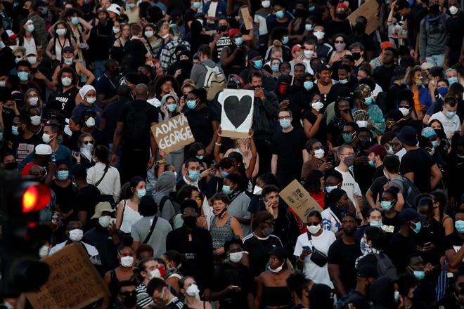 Францию накрыла волна протестов из-за смерти темнокожего Адама Траоре в полицейском участке Парижа 6