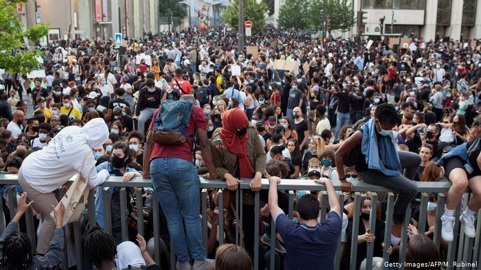 Францию накрыла волна протестов из-за смерти темнокожего Адама Траоре в полицейском участке Парижа 7