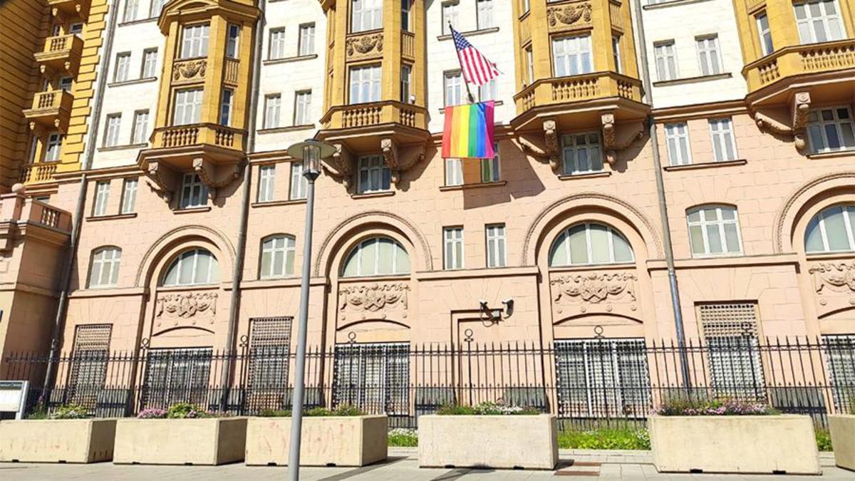 Спасибо за напоминание, что нам такое не нужно - с американского посольства убрали флаг ЛГБТ