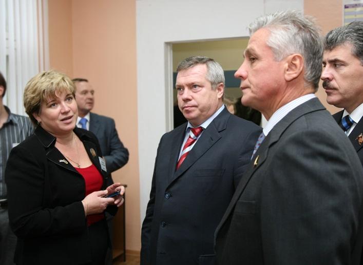Добренкова слева и грозно смотрящий шеф справа