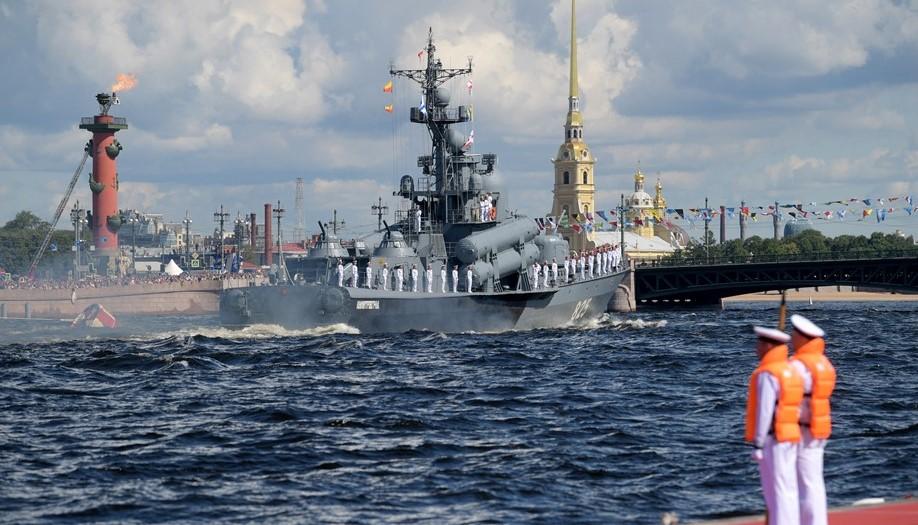 Главный морской парад в Петербурге:<br>в этом году проведения парада было сопряжено с некоторыми ограничениями...