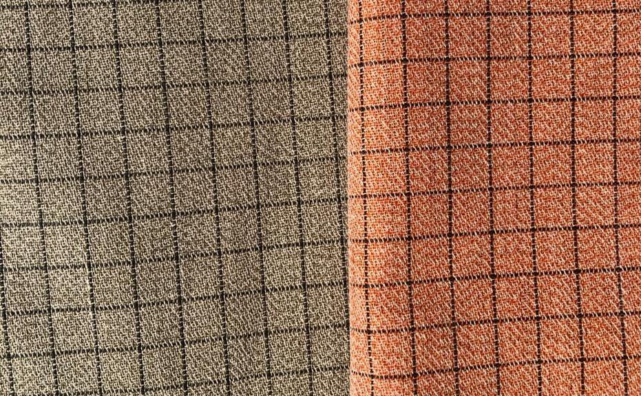 Ткань серая и оранжевая, ширина: 114 см, цена: 60 Euro за 1 погонный метр.