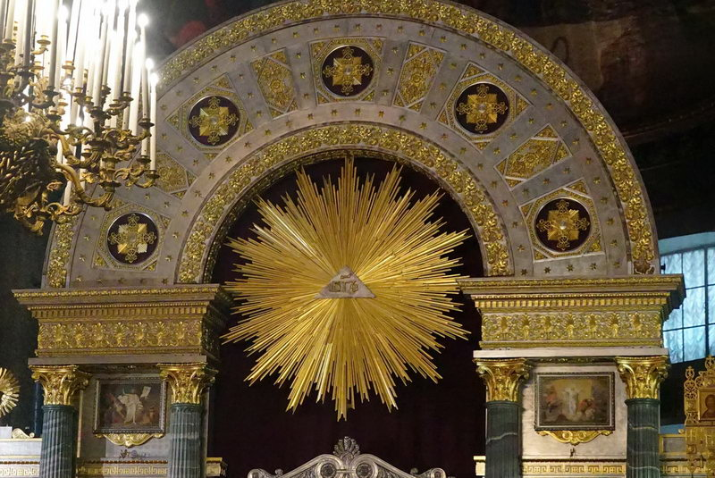 Изображение Бога в Казанском храме (Санкт-Петербург): пирамида с исходящим Духом Святым.