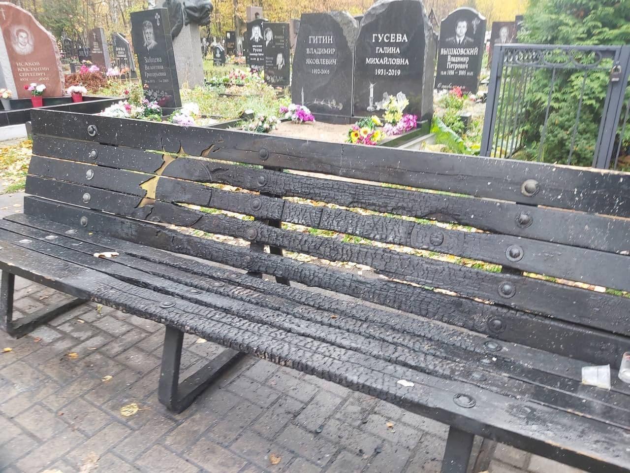 На Богословском кладбище вандалы уничтожили скамейку у могилы Цоя 4