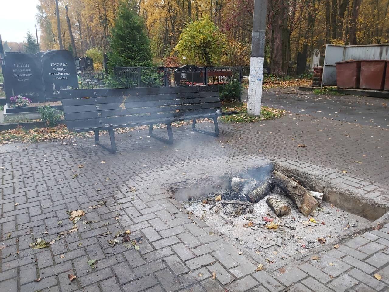 На Богословском кладбище вандалы уничтожили скамейку у могилы Цоя 5