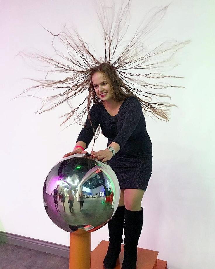 Когда тело человека приобретает сильный электростатический заряд, наэлектризованные волосы как самая лёгкая часть тела демонстрируют эффект взаимного отталкивания.