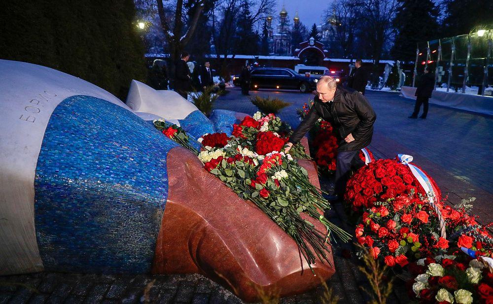 Одинокий Путин на могиле Ельцина