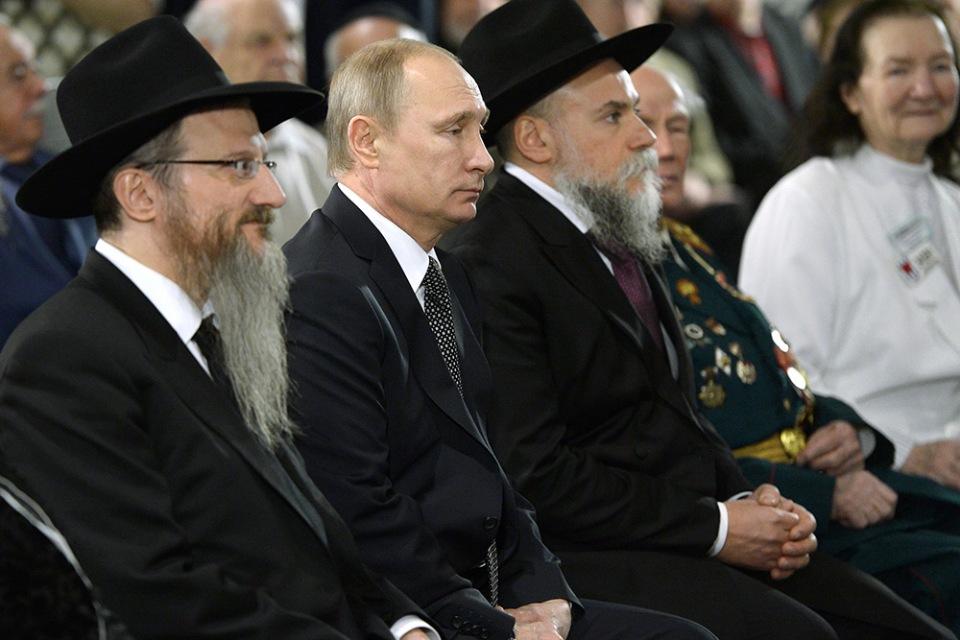 На фото Берл Лазар, главвравин России, В.В.Путин, Президент России, и Александр Борода, глава ФЕОР.