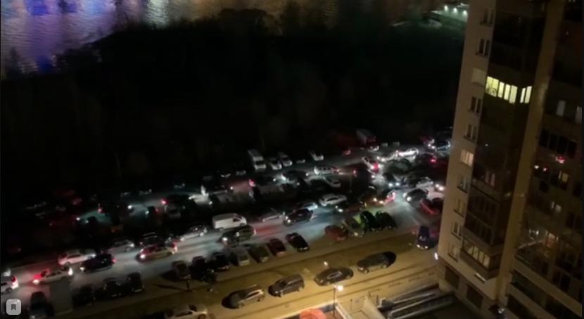Не двор, а «проезжая часть» – жители дома на Приморском жалуются на трафик под окнами