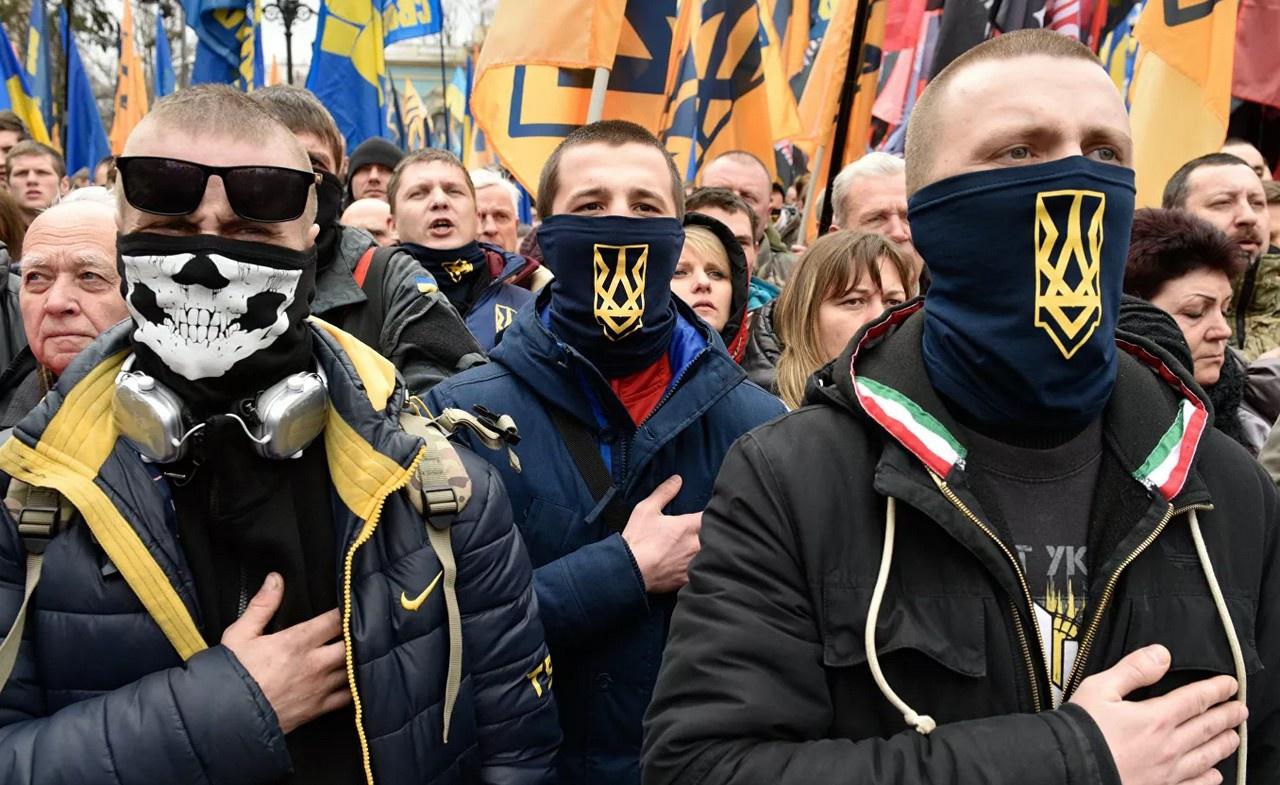 Официальный Киев не может публично признать, что не контролирует ситуацию в стране, что украинская власть полностью зависит от доброй воли нацистских формирований.