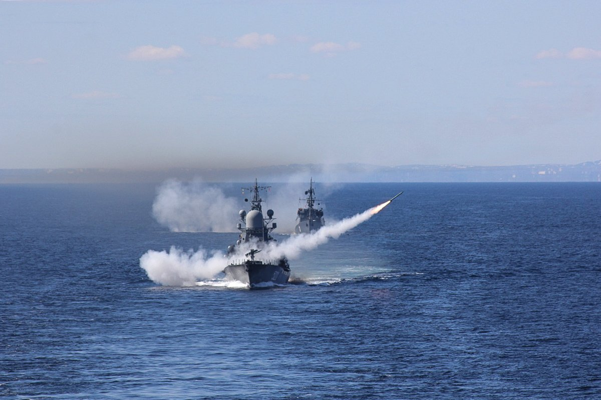Ракетные крейсеры Северного флота вышли на учения в Баренцево море