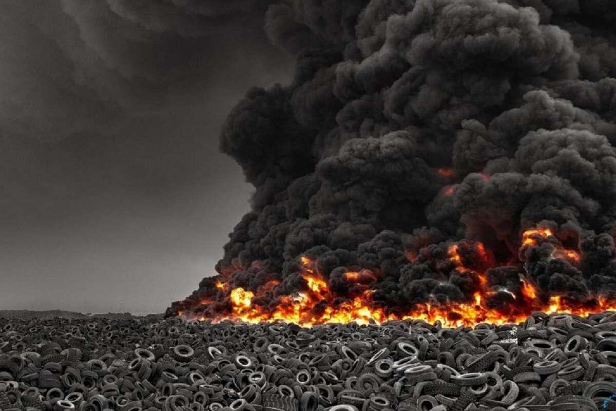 Новая катастрофа: загорелась крупнейшая на планете свалка автошин в Кувейте