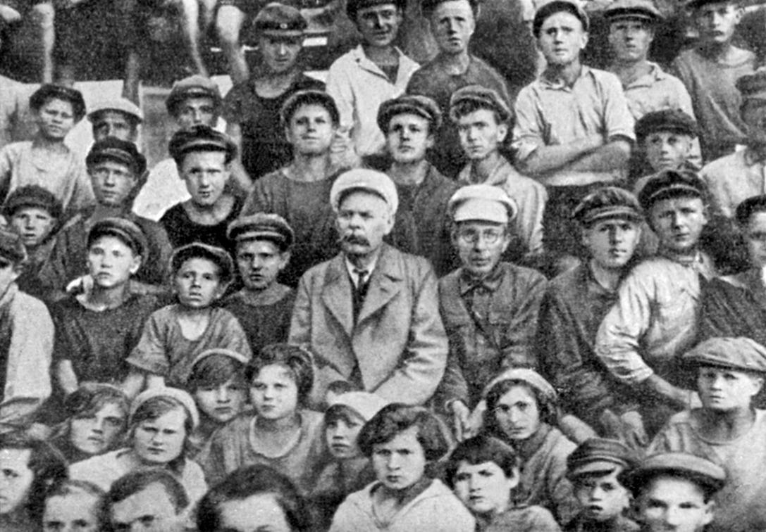 Колония им. М.Горького (в центре М.Горький и А.С.Макаренко)