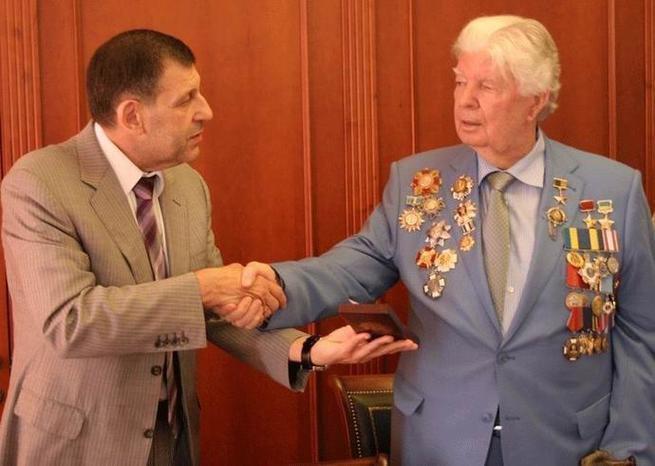 Девальвированная звезда: Луценко обдирает награду отца Порошенко