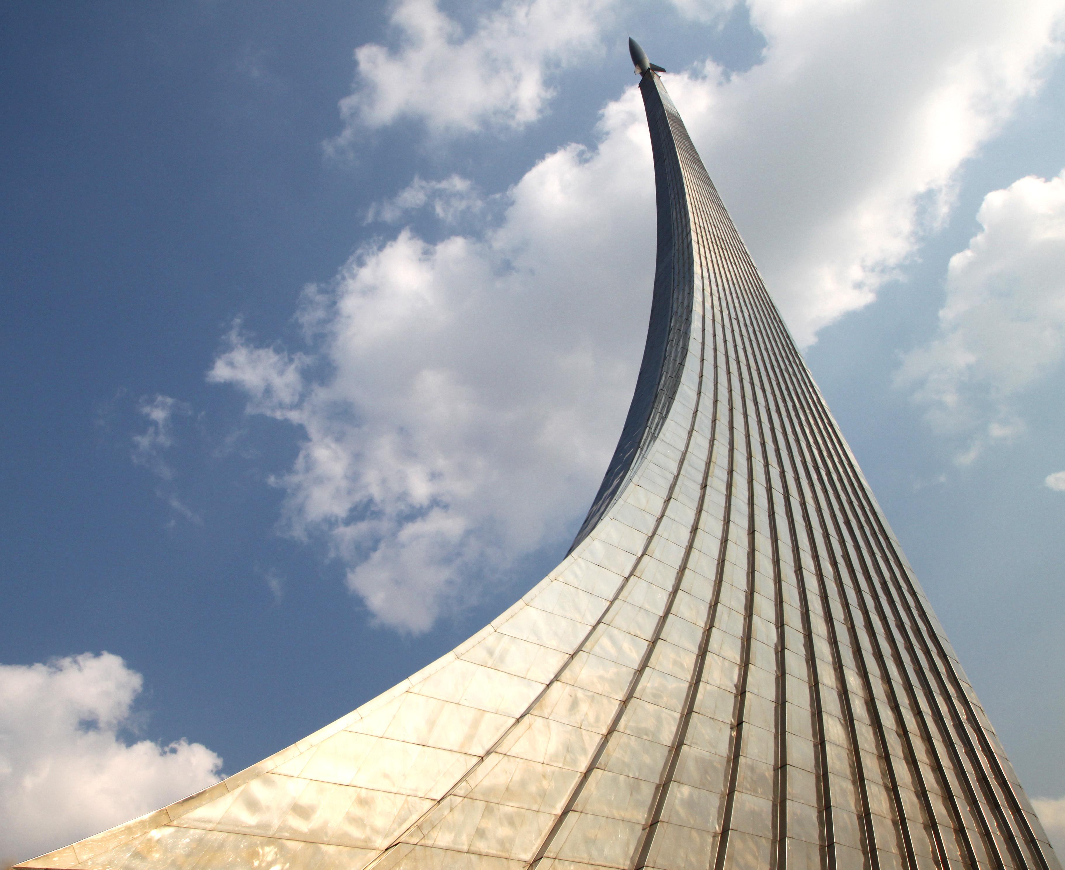 Картинки по запросу у монумента Космонавтов