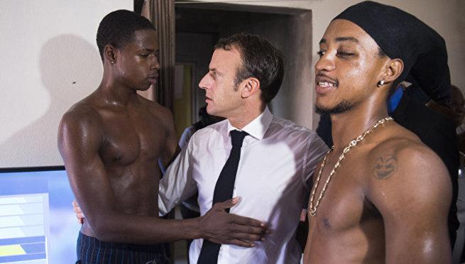 Макрона высмеяли за фото с полуголым темнокожим молодым человеком