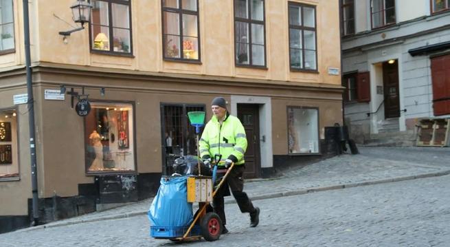 В Германии люди с российскими «вышками» мусор убирают, таксуют, косят газоны и сидят на кассах в
