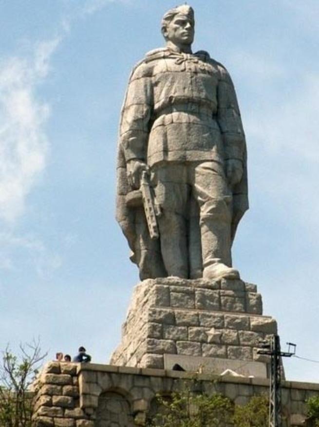 памятник алеше в болгарии фото крупным планом каналов вся сеть