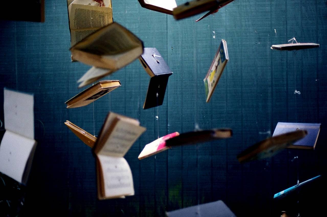 настоящее картинки падающей книги бы